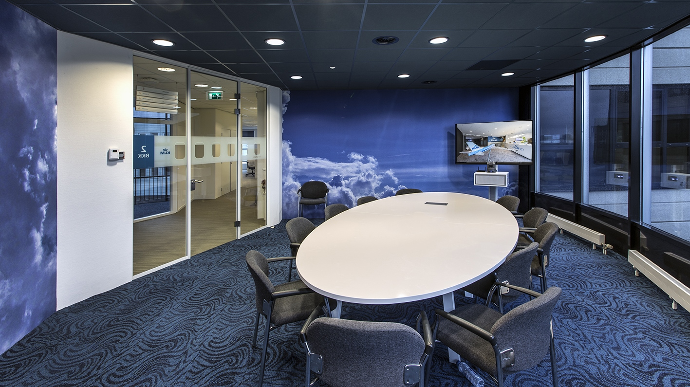 BIS Digital signage, touchscreens, projectie en room management bij KLM